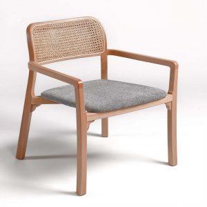 Butaca de madera natural , asiento tapizado y rejilla